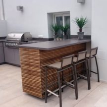 Kitchen with BBQ, Breakfast bar seating and wood slate finish